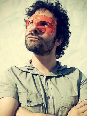 photo de l'auteur, Thomas scotto, de face, bras croisés.